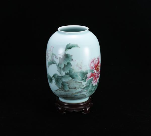 手绘粉彩冬瓜瓶